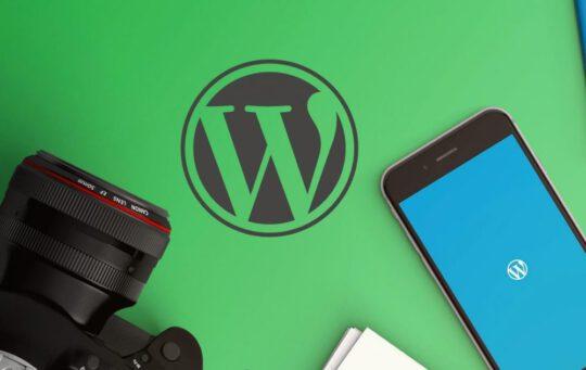 WordPress logo en smartphone met WordPress app