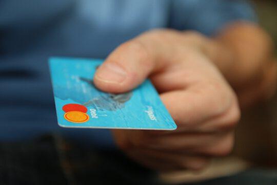 foto van een creditcard in een hand.