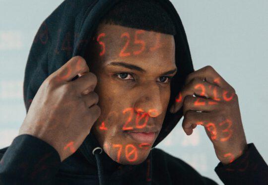 Man met hoodie, als referentie voor beveiliging via een HTTPS verbinding