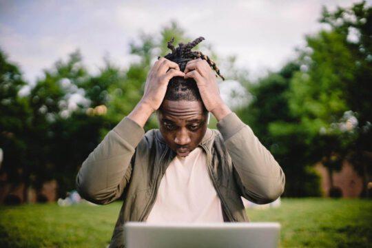 Iemand met de handen in het haar, na het maken van één van WordPress fouten
